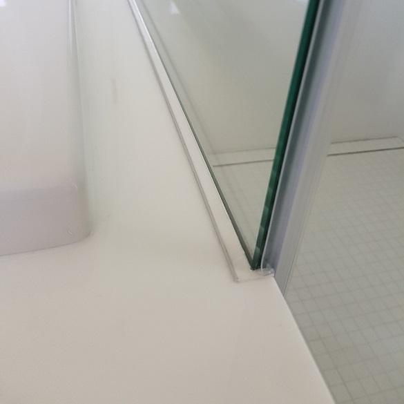 соединение стекла кабины и опоры ванной