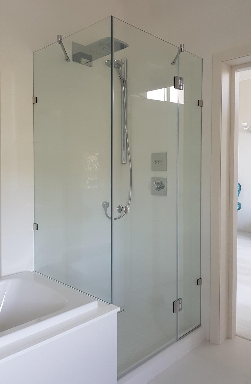 стеклянная душевая кабина с распашной дверью