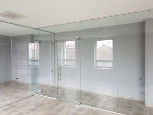 Стеклянная офисная перегородка с распашной дверью