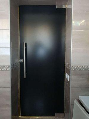 Распашная дверь в ванную комнату