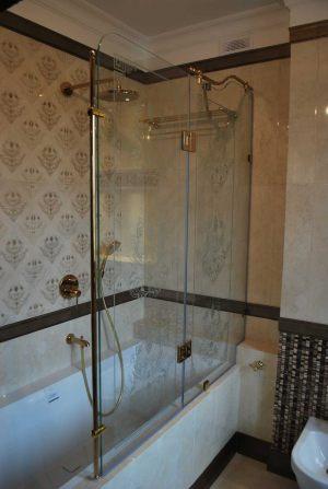 Стеклянная перегородка с распашной створкой установленная на ванной