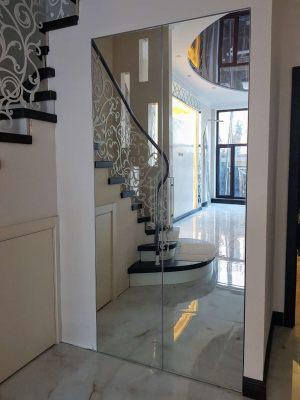 Зеркальные двери в кладовую под лестницей